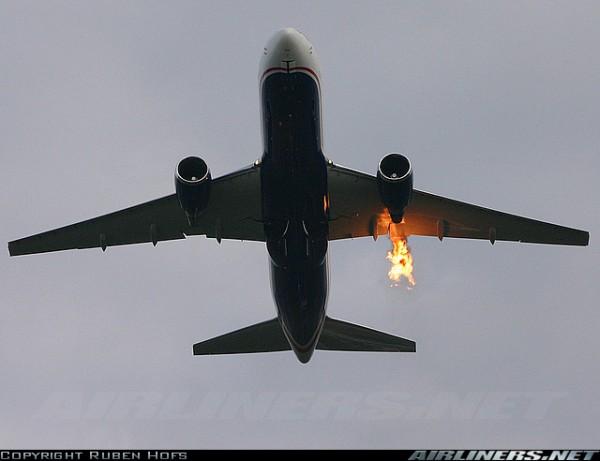 Vliegtuig keert terug na steekvlam