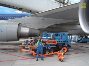 1024px-Aircraft_fueling_vehicle.jpg